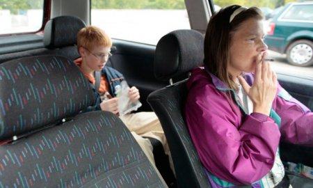 В Англии и Уэльсе запретили курение в автомобилях с детьми