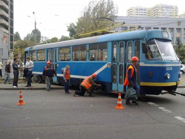 В Питере две иномарки сбили пешехода и въехали в трамвай